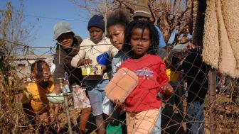 Kinder und Familien in Südafrika leiden unter Hunger. Auch in den SOS-Kinderdörfern ist die Lebensmittelversorgung aufgrund der aktuellen Unruhen bedroht. Foto: SOS-Kinderdörfer (Bild zur Verwendung nur im Kontext der SOS-Kinderdörfer weltweit)