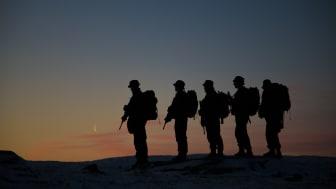 Patruljegåing i solnedgangen, foto: Joakim Salmelid/Forsvaret