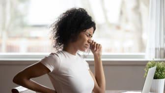 Synoptik förklarar: Domningar i armarna, huvudvärk och nacksmärtor – så påverkas du av hemarbetet och dålig synergonomi