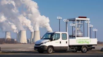 CO2-Tag 2018: Fahrzeug vor Kraftwerk