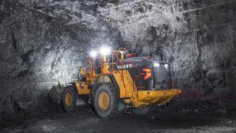 Varje natt lastas det ut 10 000 ton berg i tunnelbygget mellan Vällingby och Spånga.