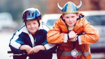Jungs mit Fahrradhelmen
