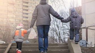 Regeringen har också ansett (genom proposition 2015/16:136) det vara viktigare för barnen att föräldrarna på sikt kommer i arbete än att de får hjälp till försörjning i det akuta läget. Foto: Ira_Shpiller (AdobeStock)