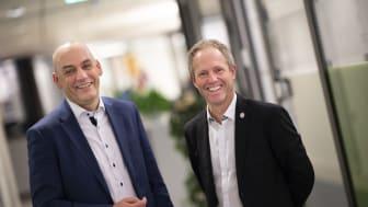 Telenor Norge-sjef Bjørn Ivar Moen (t.v.) og Pål Bjerketvedt fra Norges Fotballforbund etter at avtalen ble undertegnet. Foto: Martin Phillip Fjellanger