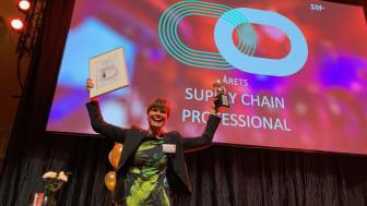 Kristina Fransson tar emot priset som  Årets Supply Chain Professional 2018