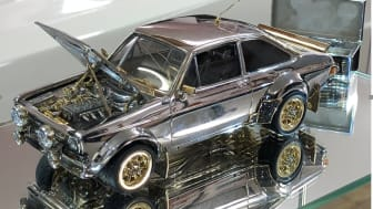 Miniatyrmodellen av klassiska Ford Escort som nu ska auktioneras ut är gjord i skala 1:25 och beklädd med guld, diamanter och silver.