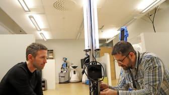 André Potenza och Andrey Kiselev utvecklar roboten som desinficerar lokaler med hjälp av UV-ljus.