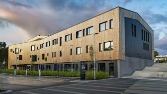 Nye Hoppern skole i Moss er oppført i massivtre og BREEAM-sertifisert på nivå Very Good. Foto: Helge Eek/MK Eiendom