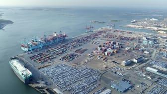 6000 fartyg och en miljon lastbilar trafikerar Göteborgs hamn varje år. Bild: Göteborgs Hamn AB.