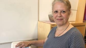 VISER FRAM: Prosjektleder Marianne Frausing Kristoffersen viser fram den ene av to medisindispensere Bydel Stovner har i bruk.