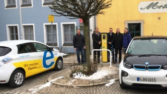 Auf Initiative des Bayernwerks ist in Velburg eine neue E-Ladesäule aufgestellt und nun am Dienstag offiziell in Betrieb genommen worden.