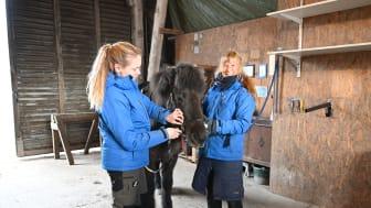 Natalia Holmberg och Maria Lönn på ridföreningen Lunk i kring som belönats med 100000 kronor av ATG Drömfond. Foto: Cecilia Wallin/ATG
