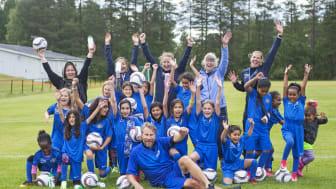 """Vinnarna i ATG Drömfond, Sunnanå SK, jublar tillsammans med drömfonds-ambassadören Peter """"Foppa"""" Forsberg. Foto: Ryno Quantz"""