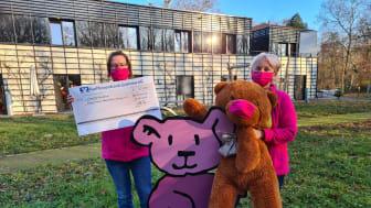 Kerstin Stadler und Christine Börner von Bärenherz freuen sich über den großen Mietra-Spendenscheck