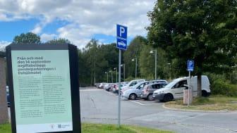 Den avgift som nu införs på pendelparkeringen i Delsjömotet kommer att utvärderas om ett år.