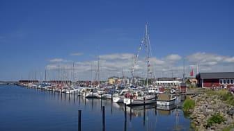 Att ligga kvar en dag extra i en hamn, minskar utsläppen just den dagen.