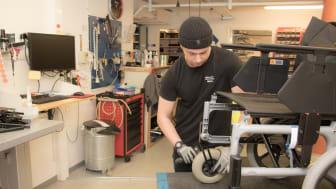 William Eriksson är en av många tekniker vid Hjälpmedel Västerbotten som rekonditionerar hjälpmedel.
