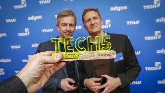 Ulf Skagerström och Karl Andersson, två av Matsmarts grundare, med Tech5-priset i förgrunden.