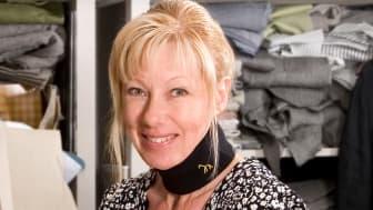 – Jag samarbetar med en svensk tillverkare av merinoulltrikå, säger Anna-Lena. Ullen är certifierad och mulesingfri samt färgad enligt godkänd Öko-Texcertifiering. Produkten sys upp av svenska sömmerskor.