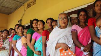 Indiske mikrofinanskunder i kø. Foto: NMI