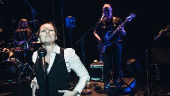 """Framsyninga er full av musikk og humor, og Iren Reppen har eit sterkt """"manneband"""" i ryggen. Foto: Dag Jenssen."""