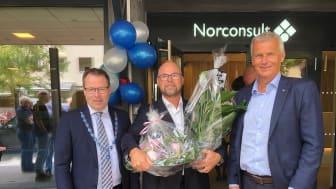 I dag var det nyåpning av Norconsult sine kontorlokaler i Kongens gate i Stenkjer. Fra venstre: Ordfører i Steinkjer, Bjørn Arild Gram , kontorleder Rune Gjermo og konsernsjef i Norconsult, Per Kristian Jacobsen.