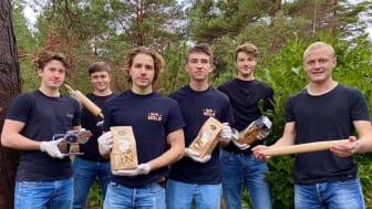 Jonathan Schott, Felix Eriksson, Axel Henderup, Hugo Stendahl, Emil Wallén och Marcus Rydberg från UF-företaget Basta UF med sin pasta gjord av kasserat bröd. Foto: Privat
