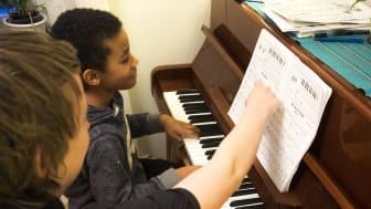 Pianolektioner, gräsklipping, it-support, staketmålning – de uppdrag som läggs ut i appen kan vara av många olika slag. De unga väljer själva vilka uppdrag de vill tacka ja till.