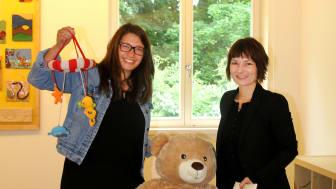Ulrike Herkner nahm  begeistert die Objekte von Dr. Jana Market entgegen