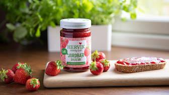 Hervik kommer med spennende nyheter til dagligvaremarkedet; to Naturlig lett syltetøy og en bærsaft med plommer og solbær fra Hardanger