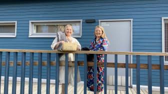 """Somevaikuttajat Elsa Heiko ja Ami Värtö ilahtuivat BoKlok-kodin näppärästä tilasuunnittelusta. """"Tykkäsin siitä ajatuksesta, että ei ole asuntokohtaista saunaa. Täällä Tähtipolussa on tosi kiva yhteinen pihasauna"""", kehuu Ami."""