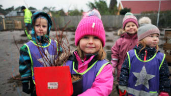 Plantering vid Furulund station - Elin med kompisar
