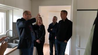 BoKlok marknads- och försäljningschef Jerrie Kristiansson i samspråk med delegater från i-SUSTAIN