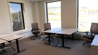 Fire arbeidsplasser i ett kontor på Kontorhuset på Kjellstad i Lier.
