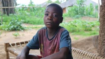 14-åriga Baptista* i Mocambique. Han och hans tre syskon har försökt återhämta sig sen cyklonen Kenneth drog in i deras hemstad 2019.
