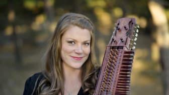 Emilia Amper är en av Sveriges absolut mest framgångsrika folkmusiker.