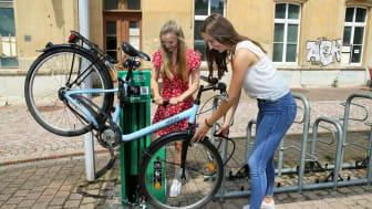 Erste Nutzerinnen an der Fahrrad-Selbsthilfewerkstatt in Leisnig - Foto: Andreas Schmidt