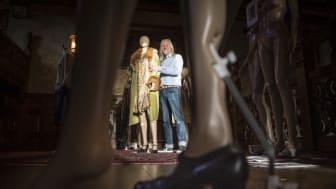 Mark Butterfield och hans fru Cleo har en av Europas främsta vintagesamlingar som nu ligger till grund för årets stora utställning på Tjolöholms slott. Foto: Kajsa Sjölander