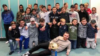 Vinnarna i klass 6 på Änglagårdsskolan på Kviberg med klassföreståndaren Samir Nuefendic  längst fram. Bild: Trafikkontoret Göteborgs Stad