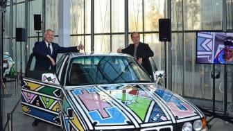 Prof. Dr. Thomas Girst (links) und Dr. Alfred Weidinger präsentieren das BMW Art Car Nr. 12 von Esther Mahlangu