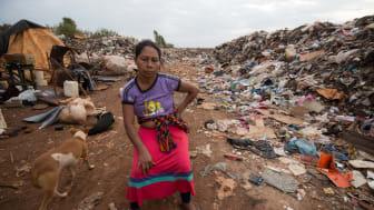 Candida Benitez blev tvunget til at flytte fra sin jord, efter store virksomheder fældede skoven. Hun bor og arbejder nu på en losseplads. Foto; Jim Wickens, Ecostorm via Mighty Earth
