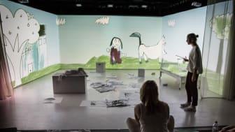 Exempel på scenkonst i samspel med animation och digital teknik. Skådespelare Lilja Fredrikson och regissör Sara Cronberg repeterar Unga Teaterns föreställning En annan värld. Foto: Emmalisa Pauly.