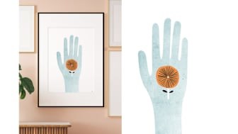 """Formgivaren Isabelle Norman Sällström, Isa Form, har skapat årets minnesgåva; en tavla med titeln """"Handle with care"""", inspirerad av ledorden för vård och omsorgsyrket; stöd, möte, bemötande, respekt och mod."""