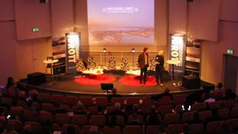 Det var många som hade samlats när årets Professionell Idrott drog igång. Dagen inleddes av moderatorn Lennart Ekdal, här tillsammans med Ann-Marie Nilsson, Kommunstyrelsens ordförande Jönköpings kommun.