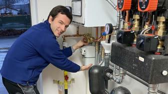 Der letzte Zähler ist gesetzt: Heizungsbauer Tobias Scherner nimmt erfolgreich den Erdgasanschluss im Weidinger Bauhof in Betrieb.