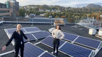 Rådgiverne Mari Lauglo (t.v.) og Alise Johannesen Hjellbrekke lærer oss mer om solenergi i Prosjektkontoret. (Foto: Norconsult)