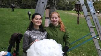 Designstudentene Natacha Dankrathok og Ann Kristin Eriksen samt to medstudenter sto bak lysinstallasjonen «The big hug».