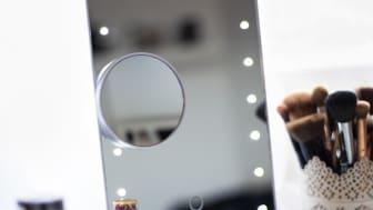 Sminkspelens LED-lampor lyser starkt runt hela spegeln