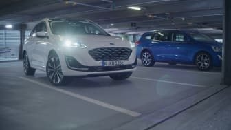 Ford Kuga parkerar utan förare i ett parkeringshus