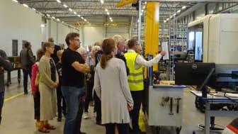 I den nya fabrikshallen finns fyra fleroperationsmaskiner för skärande bearbetning. Här jobbar man tvåskift med sex timmars arbetsdag.